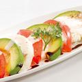 料理メニュー写真アボカドとトマトのモッチリア