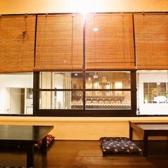 窓際のお席は4名様用と2名様用のお座敷席がございます。