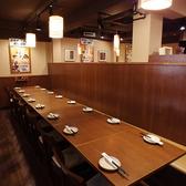 ゆったり寛げるテーブル席は、ワイワイ飲みに最適☆テーブル席から個室席まで、シーンに合わせて様々なタイプのお席ございます。詳しくはお店までお問い合わせください!北千住1分の「三代目 鳥メロ」です。気軽にお酒が楽しめるアットホームな店内。大人数での飲み放題宴会や個室利用もお任せください。