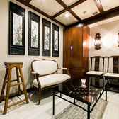 【3F ラウンジ ソファー席個室「MODERN ORIENTAL」(~4名様)】伝統的ななチャイナ様式を取り入れたオリエンタルなムード漂う一室は、4名様までの少人数向けラウンジ。