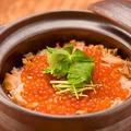 料理メニュー写真村上塩引き鮭といくらの土鍋飯
