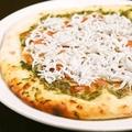 料理メニュー写真しらすと生海苔のピザ