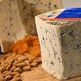 ダナブルーはデンマークで生産されるロックフォールを参考して作られたブルーチーズ。ピリッとしたシャープな味わいが特徴で料理のアクセントに使用しております。ブルーチーずの刺激を程よく楽しめるチーズになります。