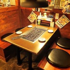 仕切りのあるテーブル。背中合わせの隣とはビニールで仕切りを施工。各テーブルに換気システムがあるため空気も綺麗♪隣の席がなく独立したテーブルです!