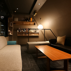 9階は1日1組限定の夜景の見えるVIPソファ個室となっております!人気の個室席となっておりますのでご予約はお早めに!/窓2箇所で換気も◎専用化粧室もございます。