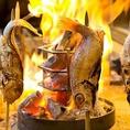 【囲炉裏で本格炉端焼き】カウンター前にある囲炉裏を使用して、本格炉端焼きをお愉しみいただけます!炭の回りに魚を立てて焼き上げる「原始焼き」は、じっくりと熱することで、外側は香ばしく身はふわふわ、素材本来の美味しさをご堪能いただけます。