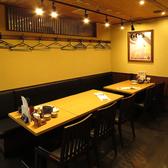 会社帰りにワイワイお酒を飲みたいときは、こんなテーブル席はいかがですか?楽しい雰囲気を店内にいる皆様で共有して頂けます◎