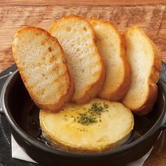 料理メニュー写真カマンベールチーズの蜂蜜オーブン焼き