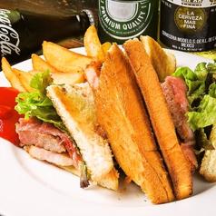 料理メニュー写真にくにくにくサンドイッチプレート