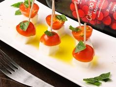 料理メニュー写真水牛モッツァレラとプチトマトのカプレーゼ