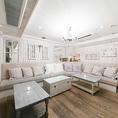 【3F ラウンジ ソファー席個室「CHABBY CHIC」(~20名様)】人気のシャビーシックなインテリアで統一されたフレンチアンティークな一室。温かみのあるオフホワイトの空間は、ホッとひと息つきながら優雅な気分に浸ることができる貴重なスペース。最大20名様までご利用いただける広めのお部屋になっています。
