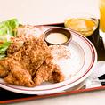 サクッとした衣に包まれた鶏肉はとってもジューシー♪ひと噛みするごとに肉汁がじゅわりとあふれだし、口の中いっぱいに幸せが広がります。唐揚げはランチでは「油淋鶏定食」としてもご提供◎「また食べたくなる」味を単品でも、コースでもご用意しております。