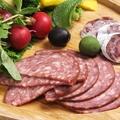 料理メニュー写真ボローニャソーセージ/ボローニャソーセージ、セミドライサラミ2種の盛り合わせ