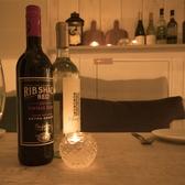 暖かい光に包まれたテーブル席。自慢のチーズ料理と種類豊富なワインをどうぞ