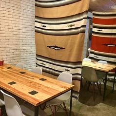 テーブル席は繋げて様々な人数にご対応可能です♪飲み放題付きコース3800円~ご用意!15名様より貸切可能ですので、結婚式二次会はもちろん会社宴会やサークルの集まりにも是非ご利用ください◎