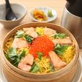 料理メニュー写真鮭といくらのわっぱ飯(出汁付き)