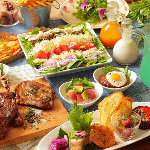 アロハテーブル中目黒では、本場ハワイの味が楽しめるハワイアン料理を各種ご用意しております!そんな絶品ハワイアン料理がお得に楽しめるコースも◎飲み放題もついているので会社宴会や新年会、歓送迎会など各種ご宴会におすすめです★※画像はイメージです