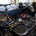【メインフロア併設のDJブース】プロ仕様の本格的な音響機材。メインフロアに併設された本格DJブースからも、会場全体が見渡せます。