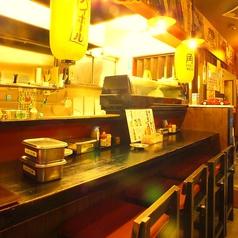 仕事帰りのサク飲みやサク飯にピッタリのカウンター席。目の前で揚がる串をアツアツで召し上がれ♪