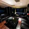 【4F ソファー席個室(~30名様)】少人数のパーティーには、30名様までご利用可能な4階パーティールームもございます。プライベート空間でパーティーをお楽しみください。