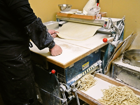 うどん製麺機を使った自家製麺が自慢の店。シンプルで深い味のつけ麺が人気。
