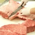 カットの仕方ひとつで味は変わります。お肉の状態を見ながら常によりよいものを追及していきます