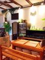 店内中央には開放的な空間に6名様掛けのテーブル席もご用意しております♪お洒落なアンティーク、小物に注目しながらお愉しみ頂けるお席となっております!