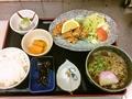 料理メニュー写真鶏のからあげ定食、出巻定食、野菜のかきあげ(エビ入り)定食、本日の煮魚定食