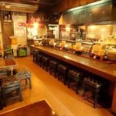 ずらりと並ぶ串と焼き場がのぞける活気あふれるカウンターも人気席。