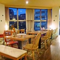 開放感のあるテーブル席でゆったりお食事でもOK!貸切の際は立食タイプも可能です◎