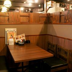 店内にはプライベート感のある多彩なテーブルが並びます。