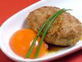 ジューシーな特製つくね。卵黄にたっぷりつけてお召し上がり下さい。あふれだす肉汁がたまらない一品です。水炊きに並ぶ名物料理です。