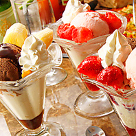 チョコレートやフルーツがたくさん!女性に人気のパフェ