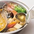 【長崎県産焼きあごだしスープ】本醸造醤油ベースのスープはあっさりしていながらコクのある味わいです。素材の味を引き立て飽きがこないので、シメまで存分にお楽しみいただけます