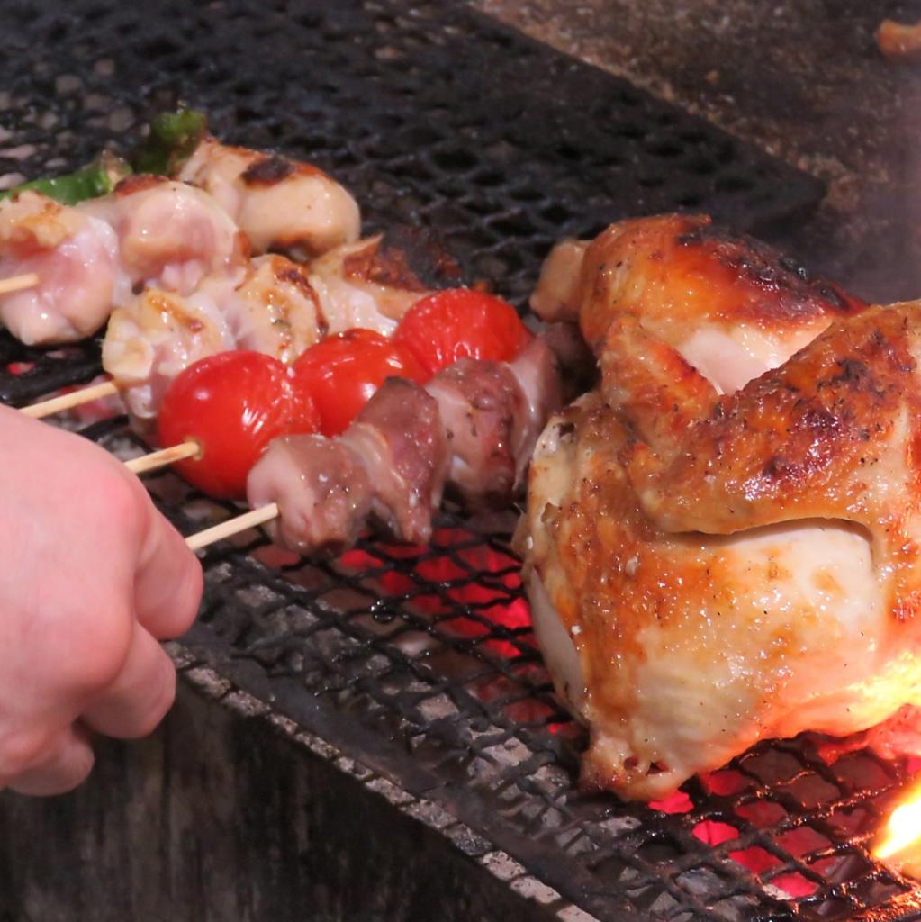 炭火で仕上げる焼鳥は美味!1本100円~