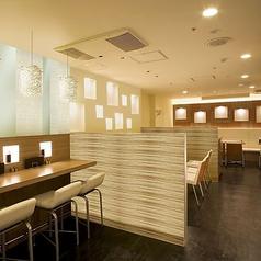 おしゃれなカフェを思わせる、白を基調とした店内。ぬくもりある温かい照明で癒しの空間を演出してくれます。 ※画像は系列店です。