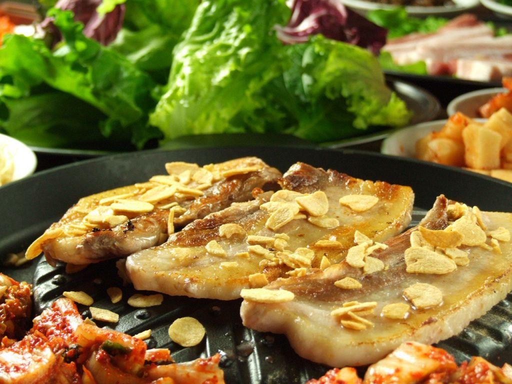 厚切りの豚肉をカリッカリに焼いて野菜で巻いて召し上がれ♪人気のサムギョプサルは1700円