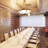 大きな窓の離れの特別個室でございます。13~22名様までのご利用が可能です。広々とした優雅な空間で、フォーマルなビジネスシーンや、お顔合わせなどといったお食事の場に最適です。こちら1室のみのご用意となっておりますので、お早目のご予約をお願い致します。