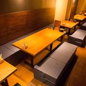【4階】靴を脱いでゆっくり寛げる掘りごたつ風のテーブル席。4名様用と6名様用のお席をご用意しております。低反発のクッションで座り心地も抜群。4階は30名様からフロア貸切も可能です。[4名様×5卓/6名様×2卓]