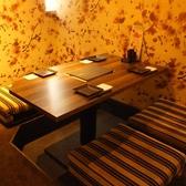 接待や会食などの重要なシーンに最適な、静かで落ち着いた雰囲気の4名様用少人数向け完全個室。飲み放題付コースには黒毛和牛の炙り焼き、ズワイガニの釜茹で、握り寿司など豪華な食材・料理を揃えた「寿司懐石コース」がございます。会食時に是非ご利用ください♪