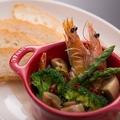 料理メニュー写真ソフトシェルシュリンプと新鮮野菜のアヒージョ