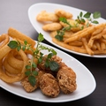 料理メニュー写真フライアソート (フィッシュフライ・唐揚げ・オニオンリング・フライドポテト)