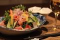 料理メニュー写真水菜とベーコン温玉サラダ