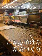 【感染症対策実施中】カウンター席に仕切りを設置。安心してご来店ください。7席あります ☆禁煙です。一人呑みには最適です日本酒の陳列ケースを見ながら一杯!又水槽の中のお魚を眺めながら!