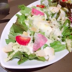 料理メニュー写真温玉とアボカドのシーザーサラダ