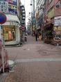 2つ目の十字路。次は右手に見える黄色の『鳥町食道街』を目指して歩いてください♪
