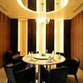 【個室】~Crystal~沢山のルイ・ロデレール・クリスタルが飾られたこのお席はまさにVIP ROOM。接待などの大切なお食事にお勧めのお席。