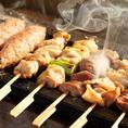とり彩々で使用する鶏肉は新潟を代表する銘柄鶏「越の鶏」。銘柄鶏とは、通常の飼育方法とは異なる工夫を加えた方法で飼育された鶏のことです。越の鶏はヘルシーで、肉自体にはしっかりコクもあり、焼き鳥や唐揚げに最適です。引き締まった身から溢れる出る肉汁。一度食べるとクセになる旨味もあります。