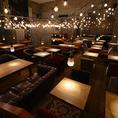 【グランドフロア:~120名様】天井から吊るされたランタン風の灯りと、天井いっぱいに映し出される星空が圧巻のグランドフロア。大小様々なソファ席をご用意しています。