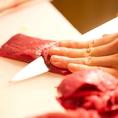 【肉好き唸る厳選肉】当店では、自慢の肉寿司や馬刺しに使われるお肉の素材にもこだわりました。牛肉は国産和牛を中心に鮮度や肉質をとことん追求。お寿司という生の調理法でご提供する為、直送の上質なものを厳選致しました。生でしか味わえない極上の美味しさをご堪能ください。